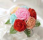 花びらの一枚一枚まで細かく編みこんで忠実に再現した薔薇のブーケです。